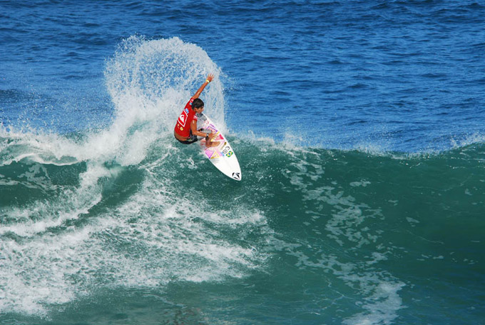 La FAE tiene una ola izquierda larga y un consistente beachbreak ideales para la doble area de competencia. En la foto, Gabriel Medina de Brasil, Medallista de Oro en el ISA World Junior Surfing Championship 2010 en La Fae. Foto: ISA/Lobo