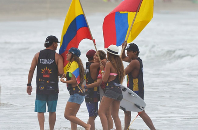 Team Ecuador congratulating Maria Game after she advanced in her Repechage heat while keeping her dream alive of winning a Gold Medal for the host country. Photo: ISA/Michael Tweddle