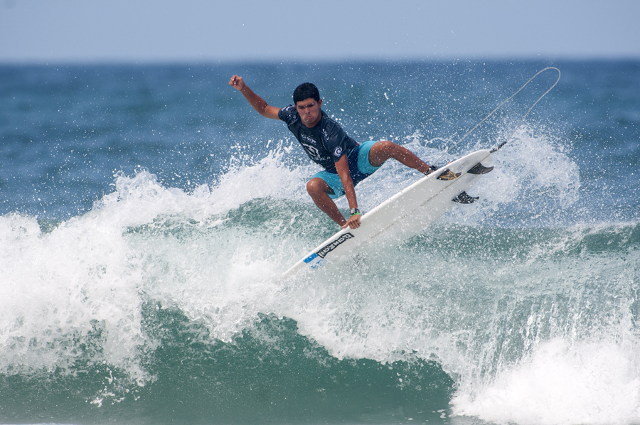 Mario Vega de Guatemala surfeará mañana en el Repechaje para mantener su campaña hacia el título de Campeón Mundial Junior Mundial con vida. Photo: ISA/Rommel Gonzales